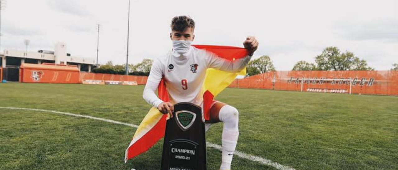 El alcudiano Roberto Fernández regresa tras vencer en la máxima categoría universitaria de EEUU.   LEVANTE-EMV