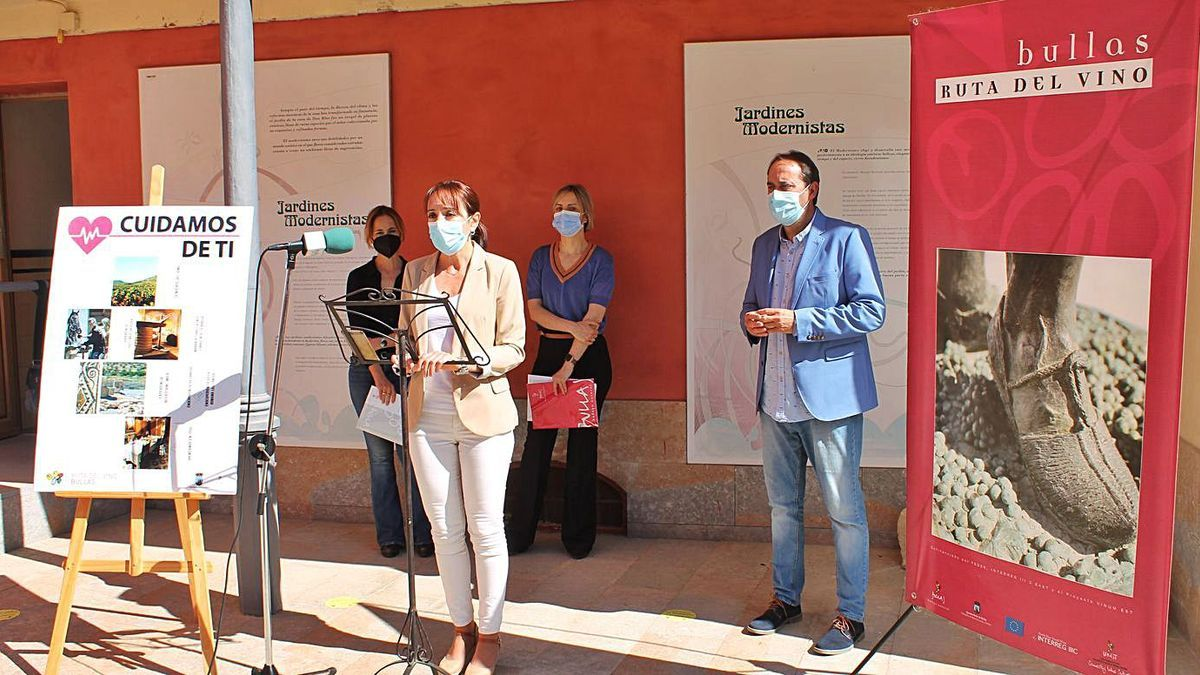 La alcaldesa de Bullas presentó el programa 'Cuidamos de ti' que se ofrece a los sanitarios. | A. B.