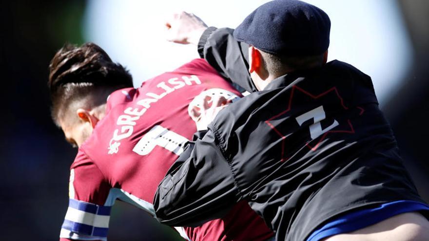 Agreden a un jugador del Aston Villa durante un partido de Segunda inglesa