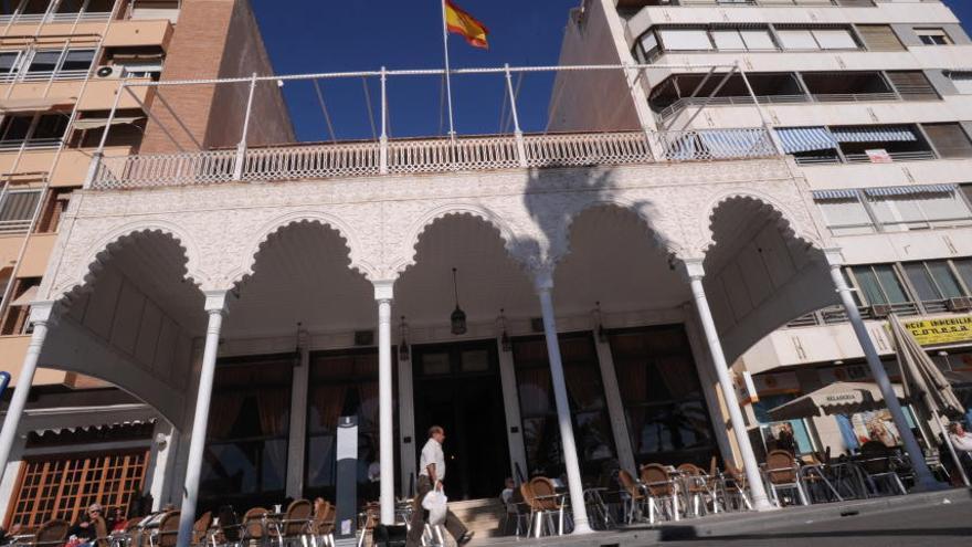 La Guardia Civil detiene a un ladrón tras asaltar la Sociedad Casino de Torrevieja destrozando la antigua cristalera de la fachada