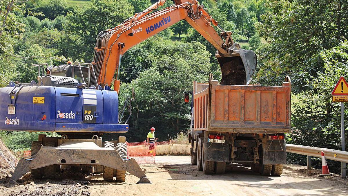 Obras en la carretera AS-254 entre Campo de Caso y Bueres, en una imagen de archivo. | L. D.
