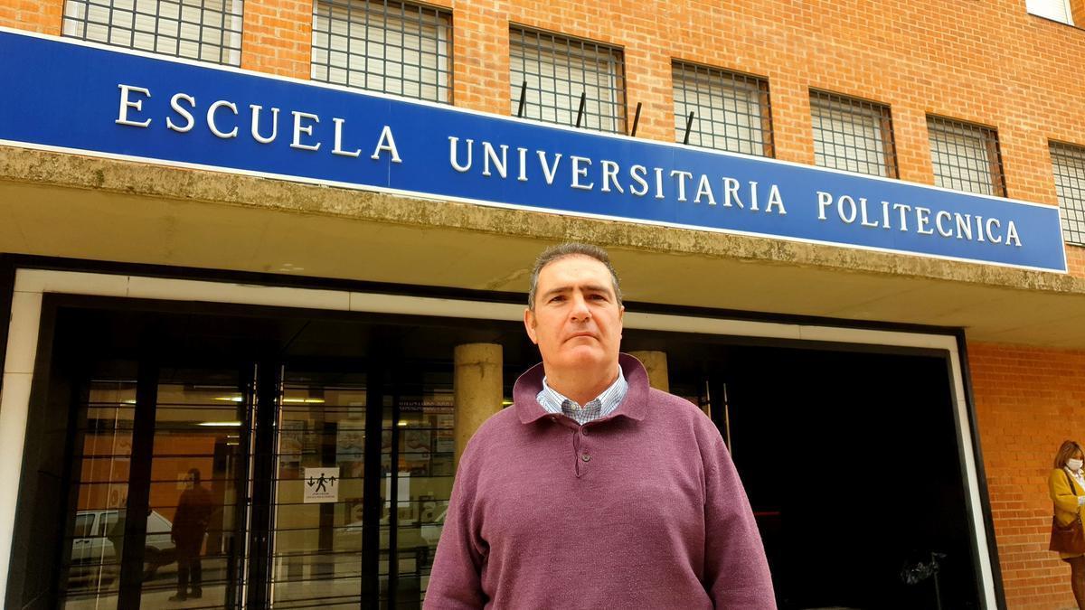 Martín Orna, frente a la entrada de la EUPLA
