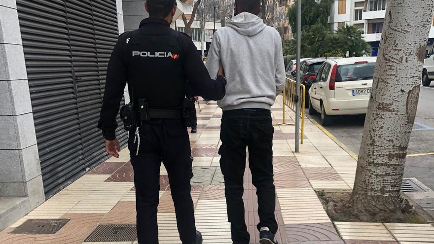 Amenaza a un hombre con una motosierra en Ibiza por decirle que se pusiera la masacarilla