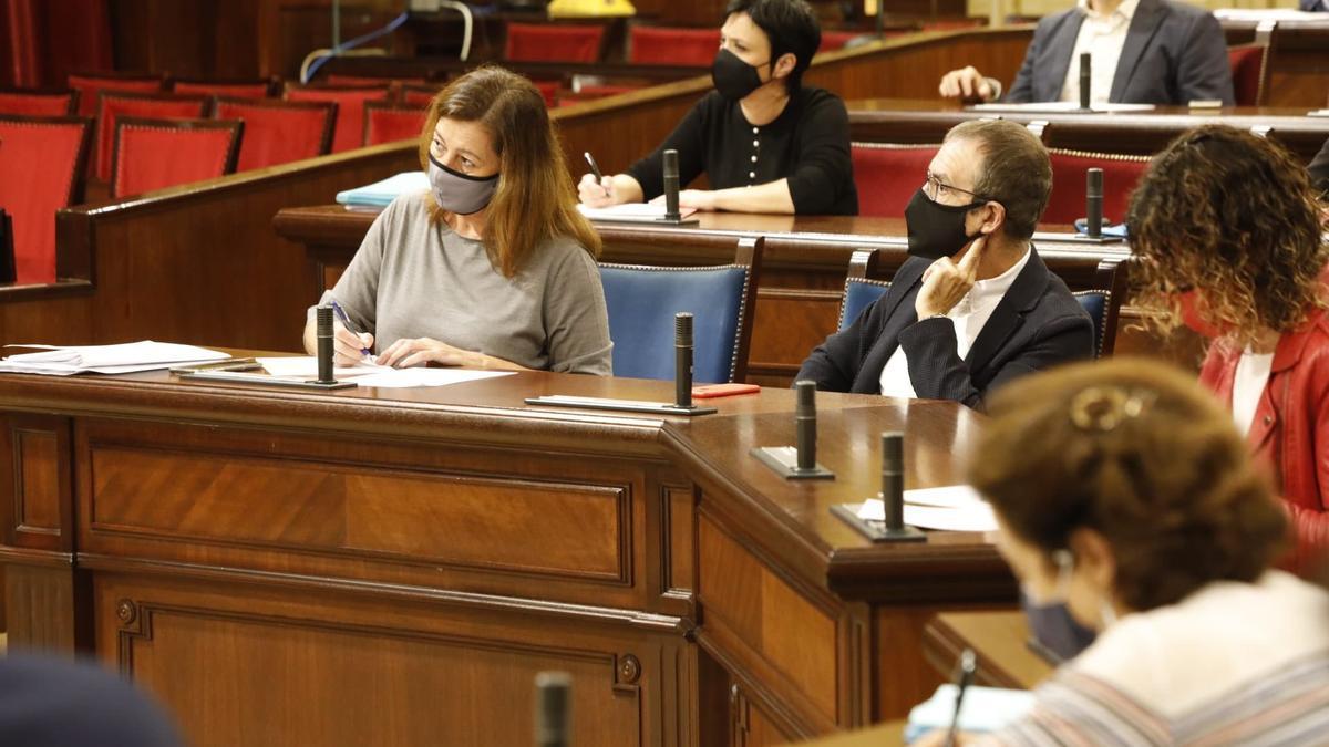 Armengol en el debate de política general escuchando a Company