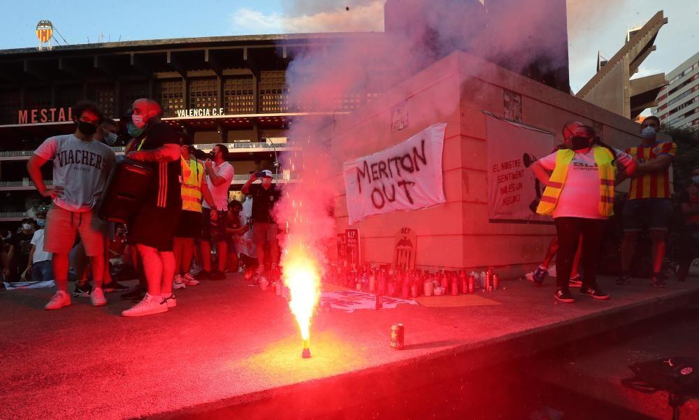 Protesta de los aficionados del Valencia CF contra de Meriton y Peter Lim