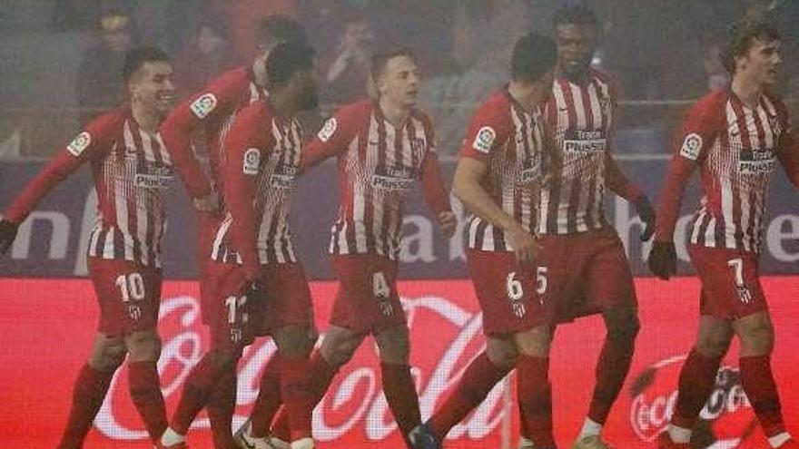 El Atlético emerge bajo la niebla de Huesca para meter presión al líder