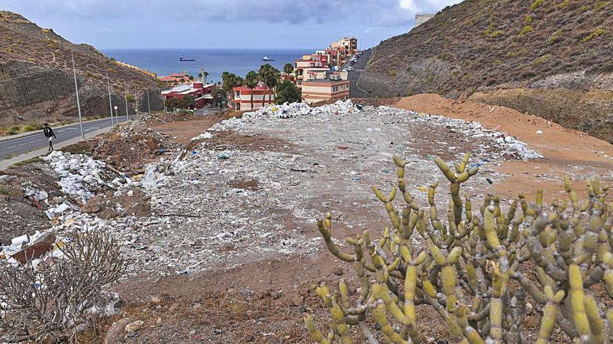 Limpieza crea una escombrera al lado de las casas en la subida a El Lasso