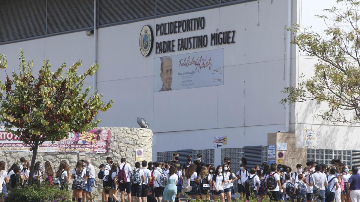 Alumnado a la salida de clase ayer, en el colegio Calasancio de Alicante.