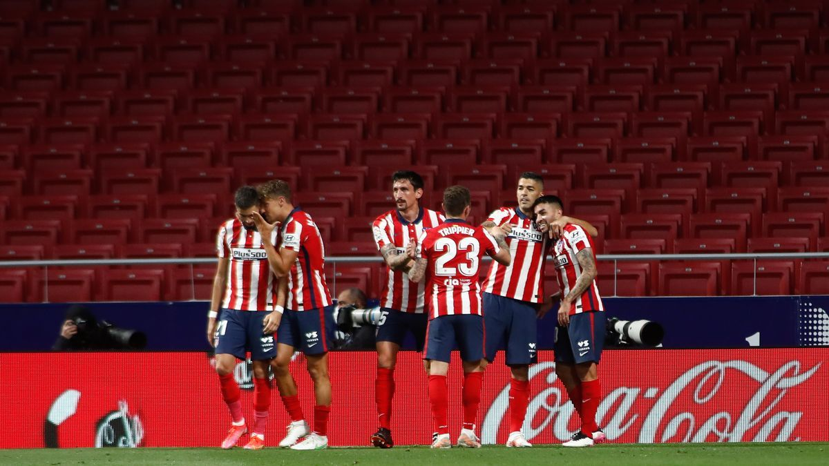 Atlético de Madrid players celebrate a goal by Luis Suárez that can give them the title