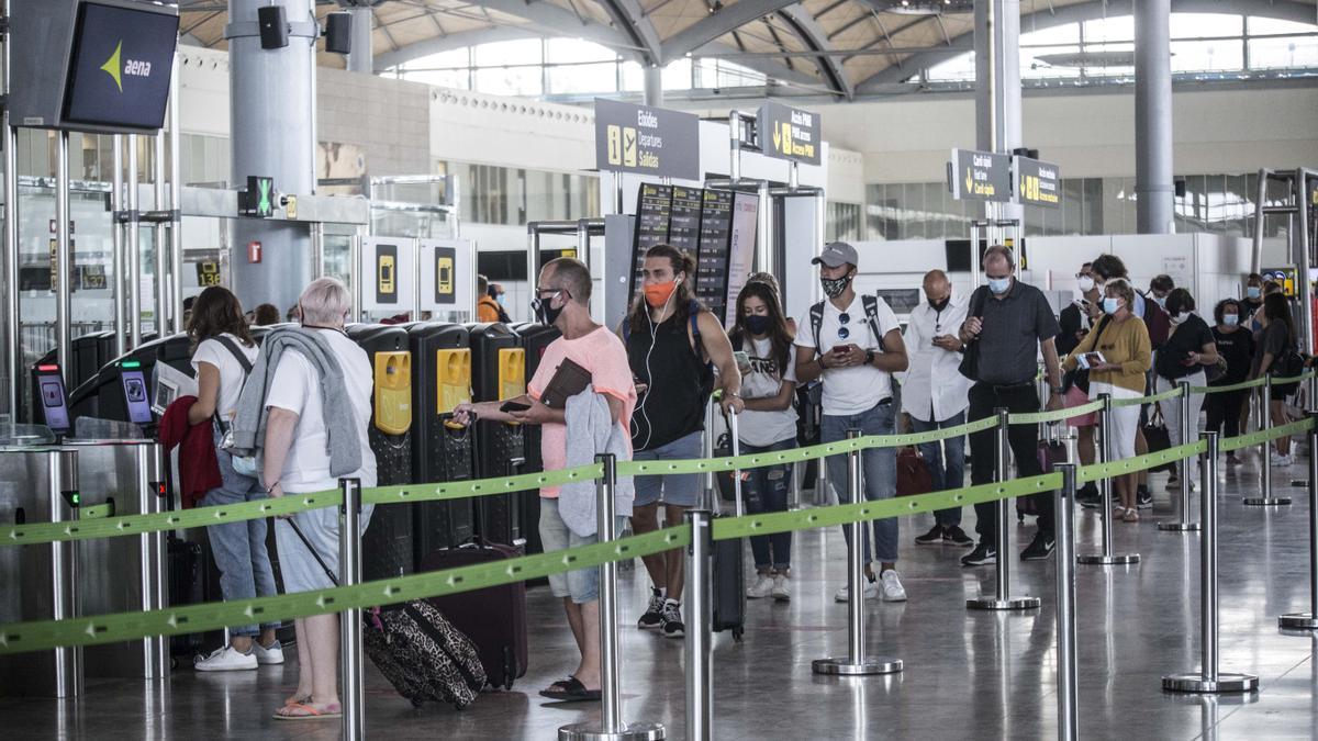 Pasajeros del Aeropuerto de Alicante-Elche esperando para embarcar