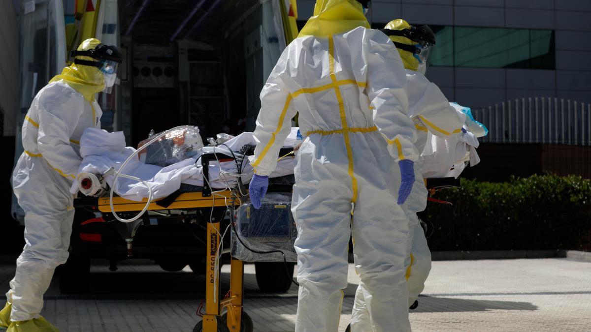 Membres de Summa de Madrid traslladen a un pacient.