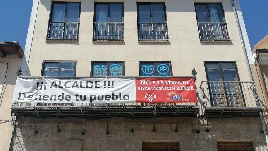 """El PP cuelga una pancarta en su sede para instar al alcalde a """"defender"""" Toro"""
