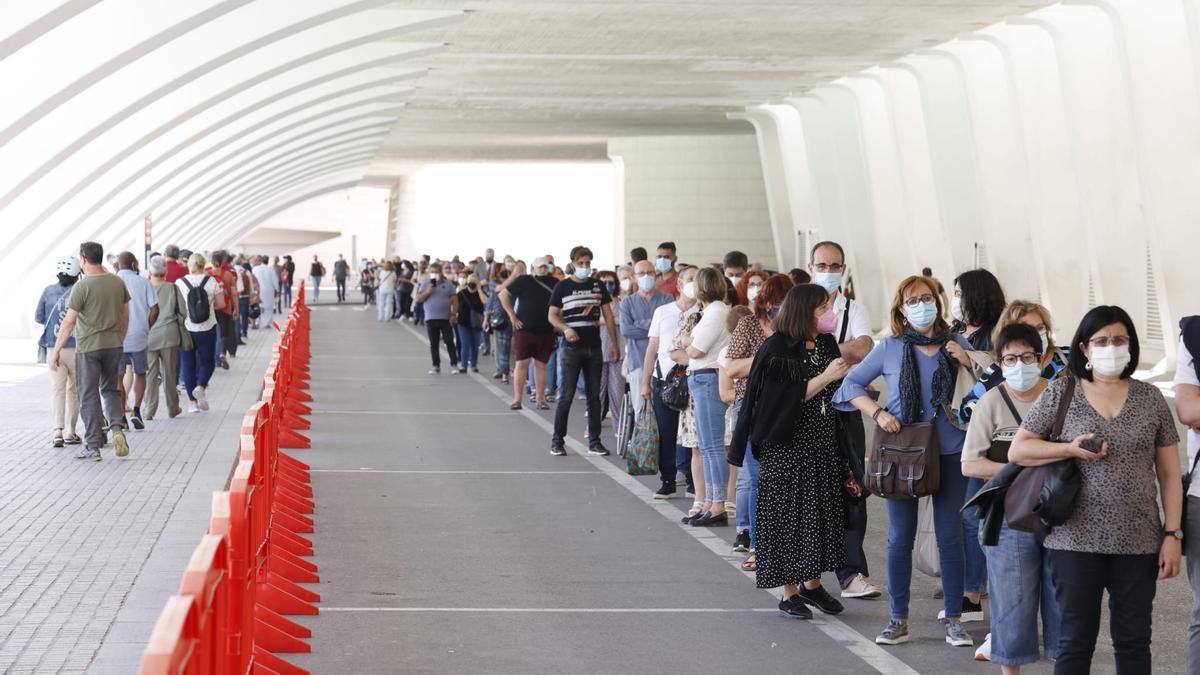 Colas de valencianos en la Ciudad de las Artes para recibir su vacuna