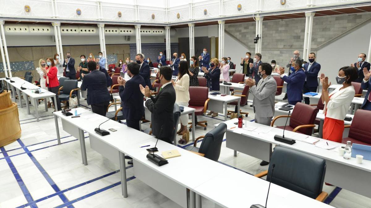 Aplauso de la mayoría de los diputados tras aprobarse la Ley del Mar Menor