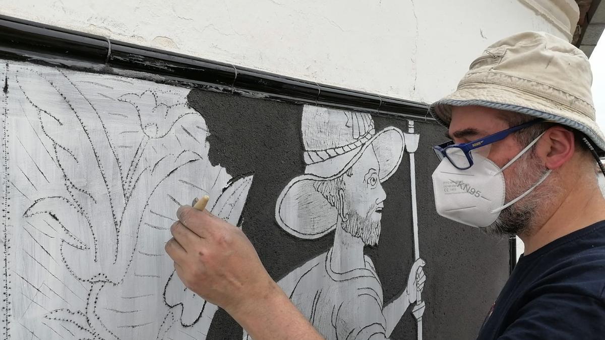 José Morillo, durante uno de sus trabajos de esgrafiados en Peraleda.