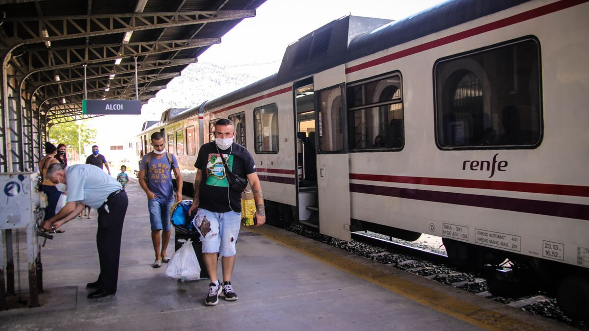 Travelers getting off the train in Alcoy.