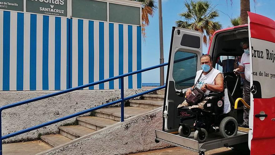 Cruz Roja traslada a la playa a personas con movilidad reducida durante tres meses