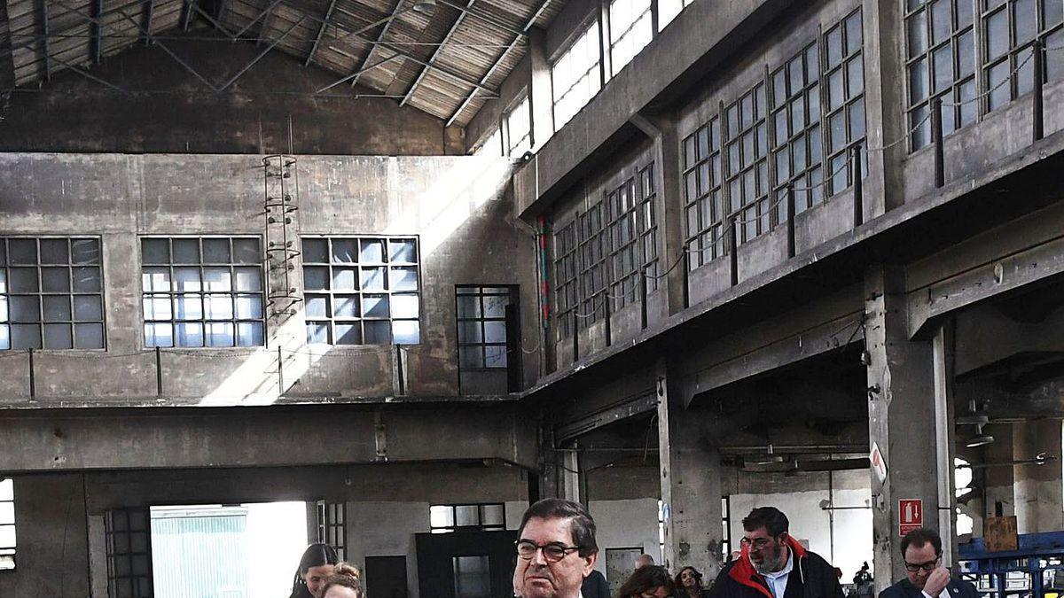 El rector, Julio Abalde, en una visita a la fábrica de armas.