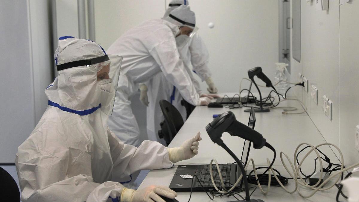 Varias personas trabajan en un laboratorio.