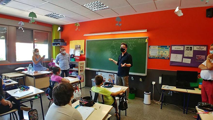 El dibujante de «Tadeo Jones» explica sus trucos en el colegio de Hurchillo