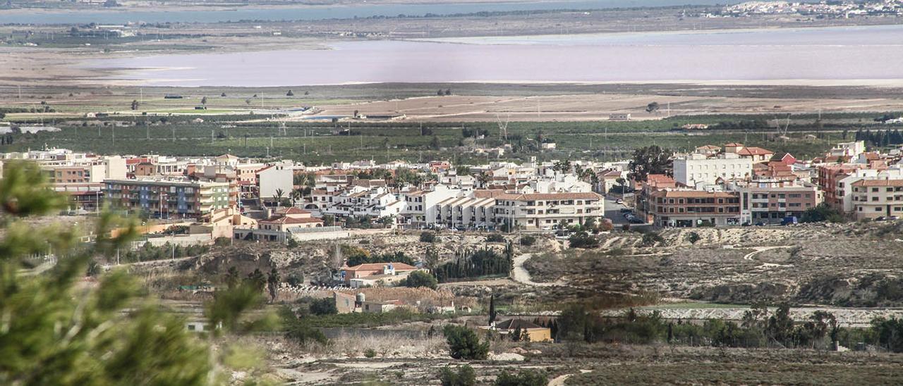 Imagen panorámica del casco urbano de San Miguel de Salinas, con la laguna de Torrevieja al fondo