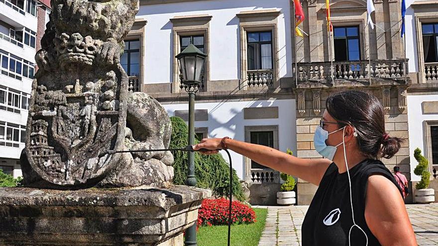 La restauradora Iria López comienza con la limpieza de los leones de Ravella