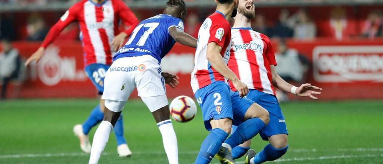 Peybernes cae en la jugada del gol anulado a Ibrahima.