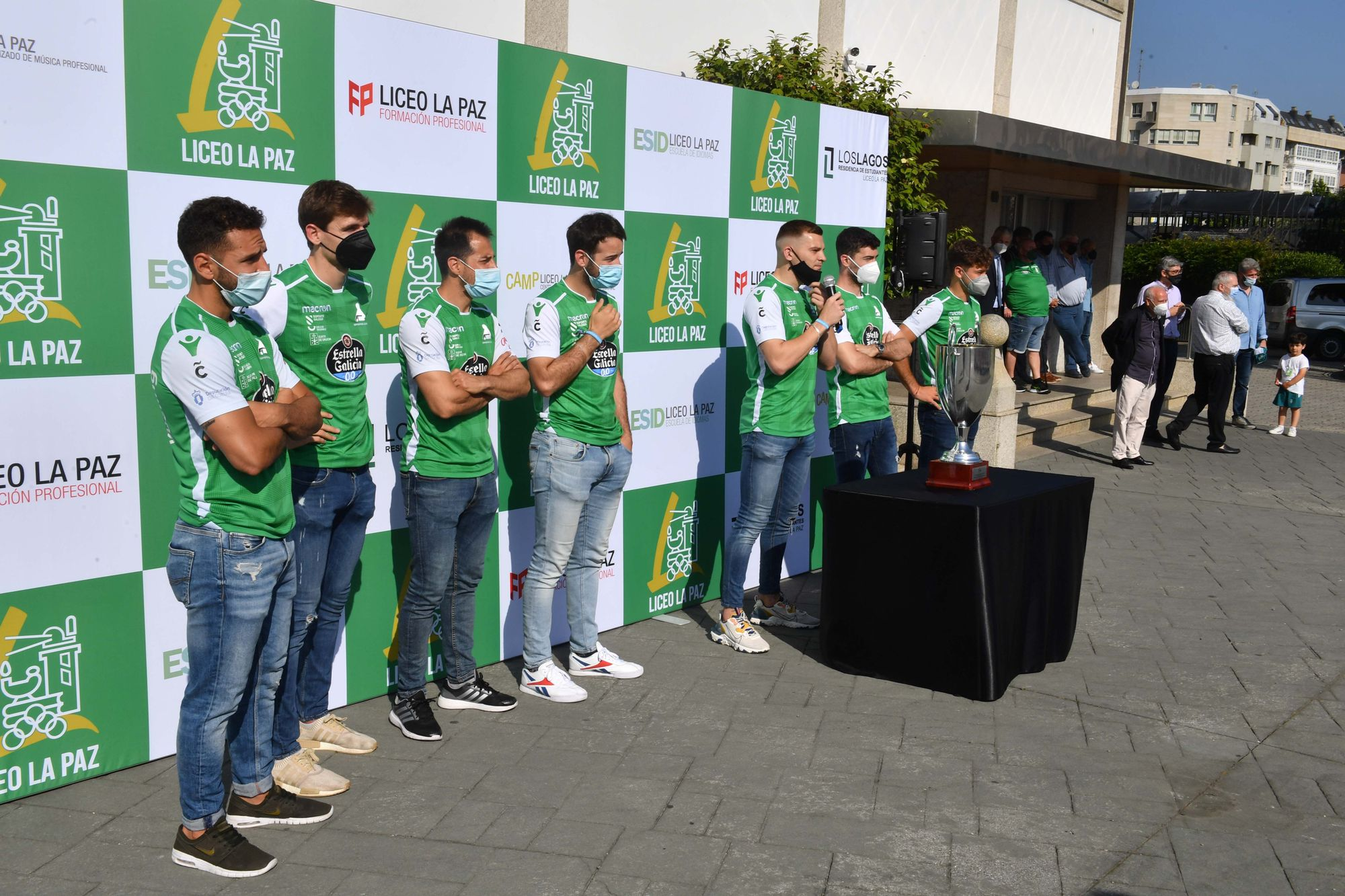 El Liceo ofrece la Copa del Rey a los niños del colegio