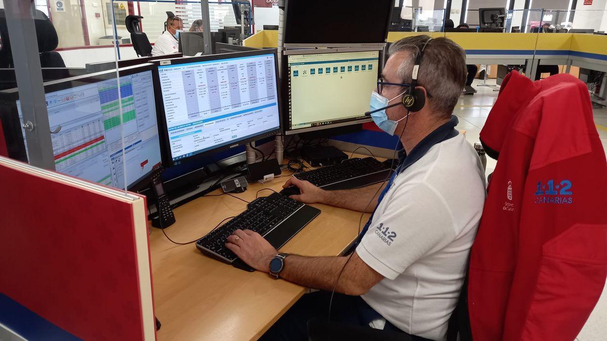 Un trabajador del servicio del 1-1-2 Canarias