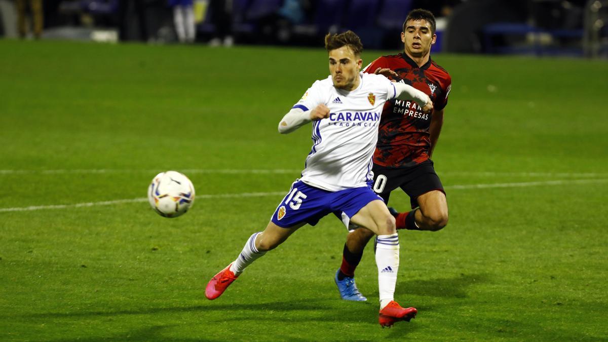 Víctor Gómez presiona a Chavarría en el partido ante el Mirandés de la pasada temporada.