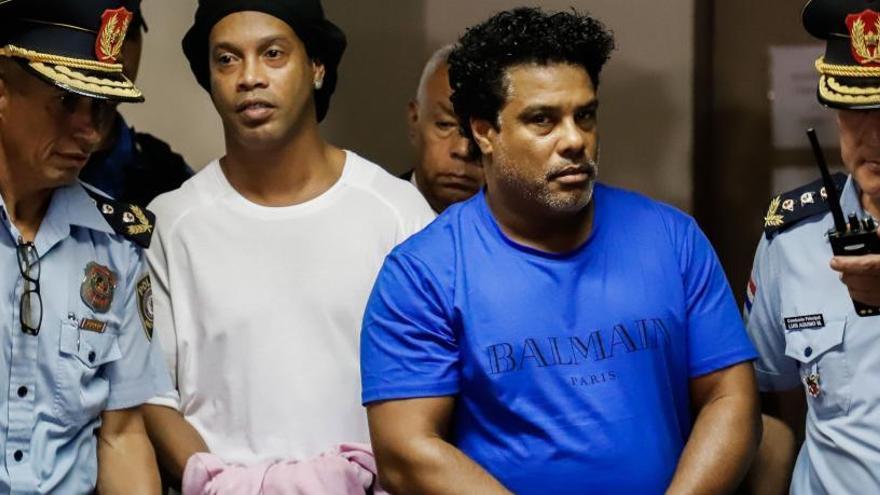 Ronaldinho permanecerá en prisión preventiva por su pasaporte falso