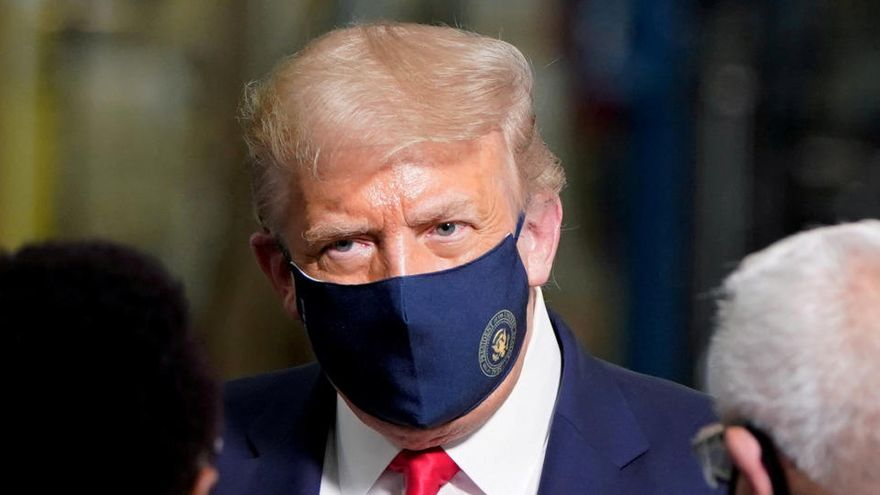 Trump lleva la mascarilla por dentro