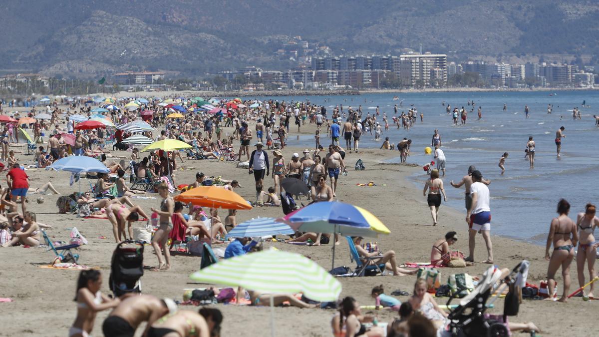 Imagen de una playa de la provincia llena hasta la bandera en pleno verano.