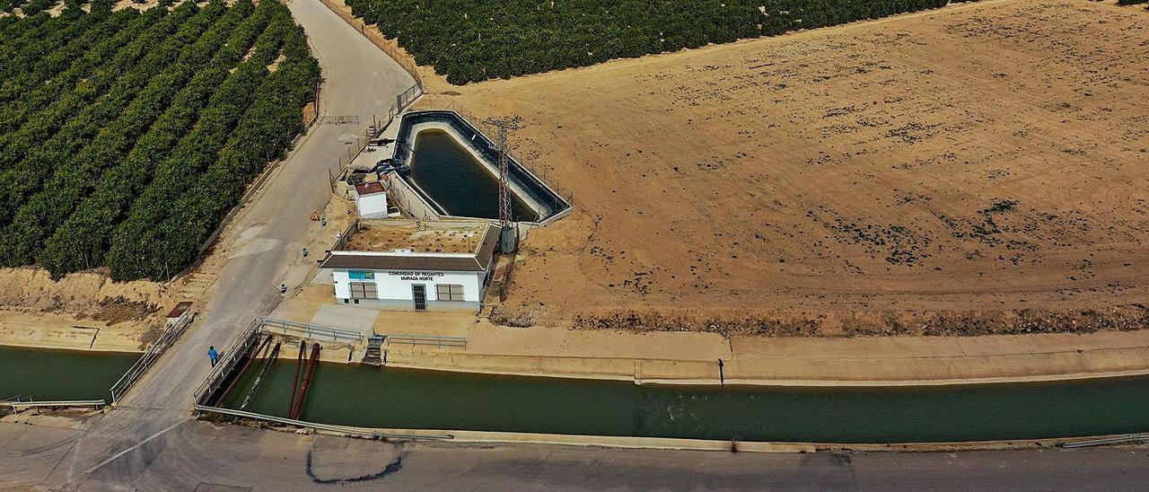 Canal del postrasvase Tajo-Segura a su paso por La Murada y bancales de cítricos que dependen de su agua. | TONY  SEVILLA