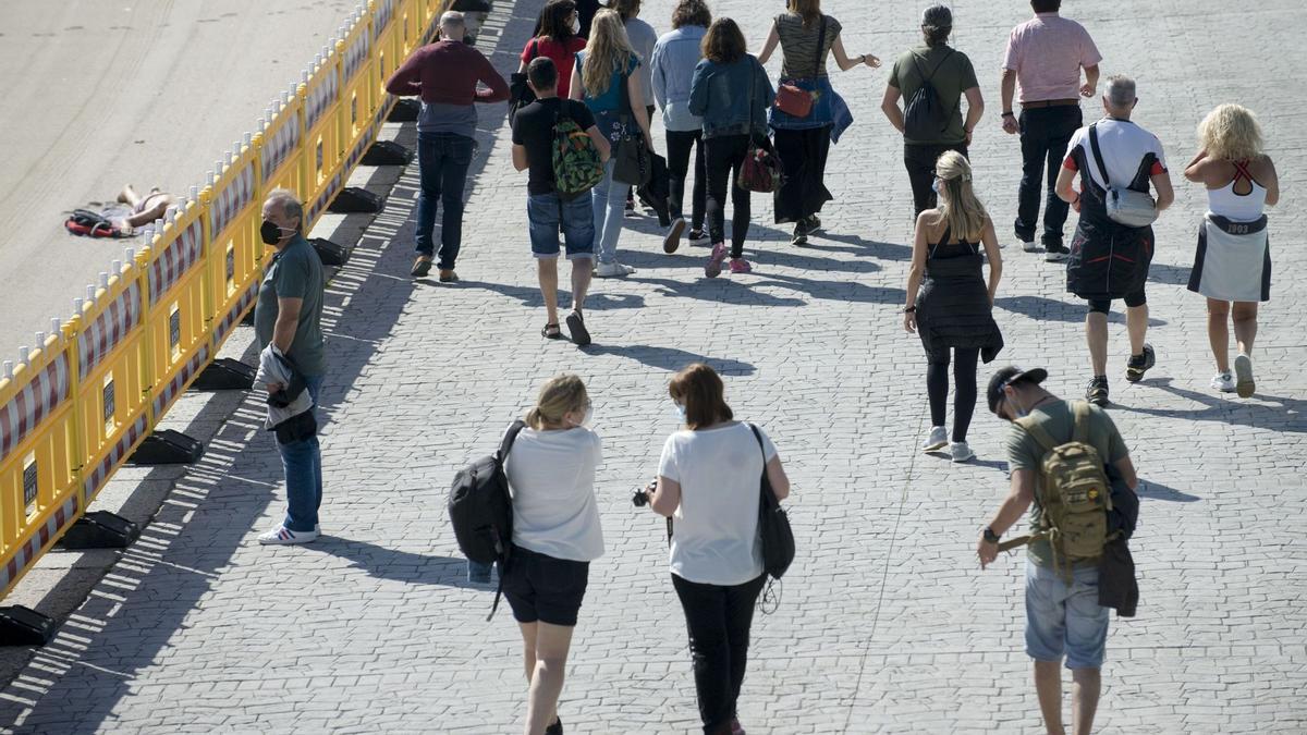 Viandantes en el paseo marítimo de A Coruña.