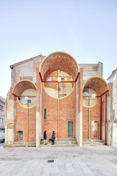 La transformació en una plaça de la paret i del solar resultants de l'enderrocament d'una casa a Olot