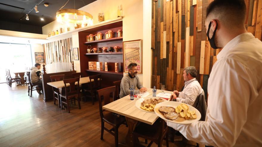 Los hosteleros acusan a Sanidad de propiciar los brotes en reuniones clandestinas y familiares
