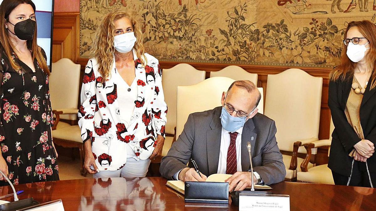 El rector firma en el Libro de Honores de la Diputación. |  // FDV