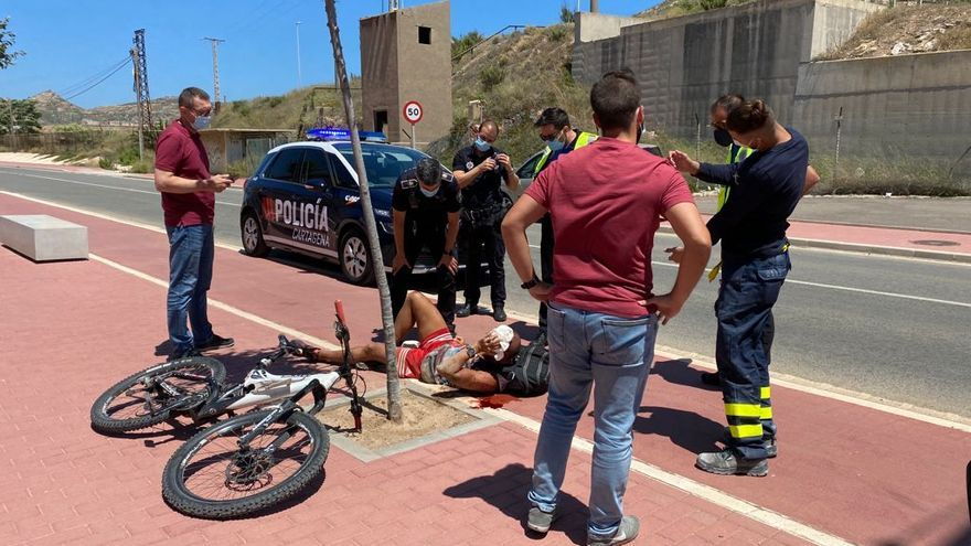 Herido con un fuerte golpe en la cabeza tras estrellarse con su bicicleta en Cartagena