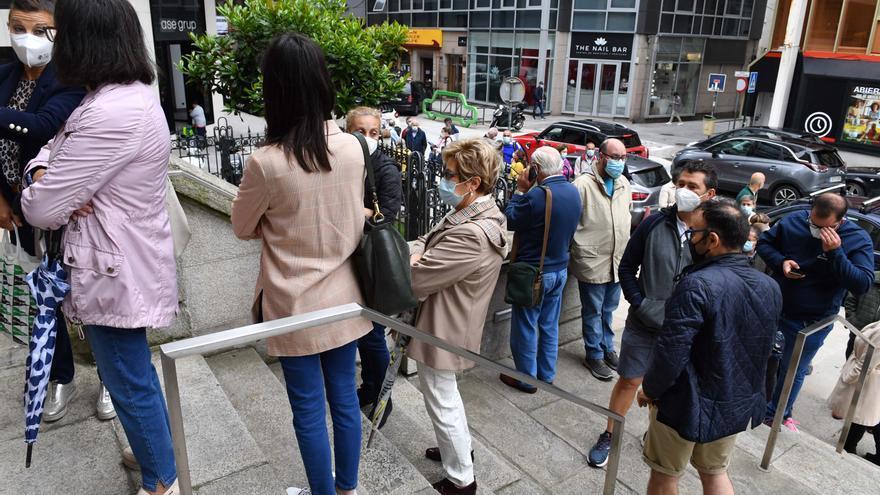Colas en A Coruña ante el Banco de España por el fin del plazo para cambiar pesetas
