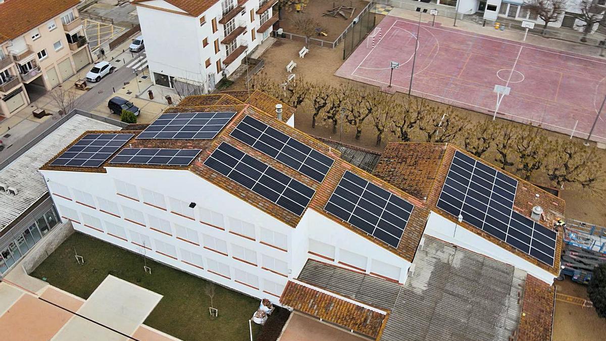 Plaques fotovoltaiques a la teulada de l'escola La Vall del Terri.   MANUEL CANDEDO