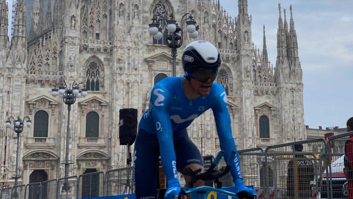 Sergio Samitier rueda frente al Duomo de Milán en el Giro de 2020