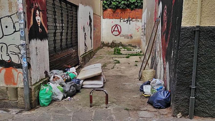 La UBIC reclama responsabilitats per la brossa acumulada al barri vell