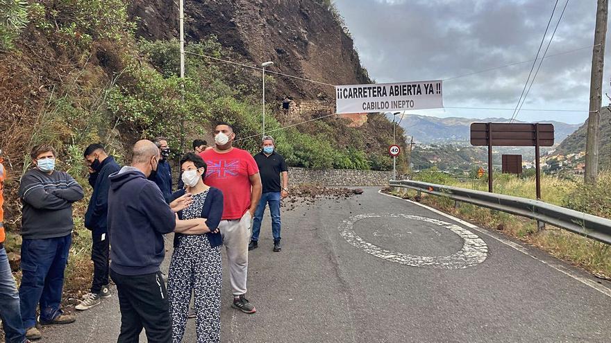 Protesta vecinal por el cierre de la vía de Los Olivos a La Calzada