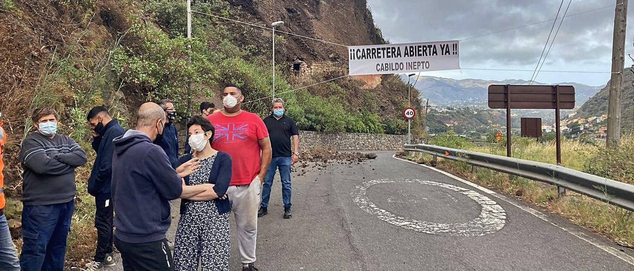 Vecinos concentrados en el puente de La Calzada en protesta por el cierre de la GC-321.     LP/DLP
