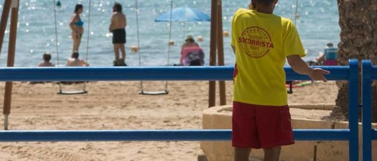Imagen de un socorrista en la playa del Postiguet