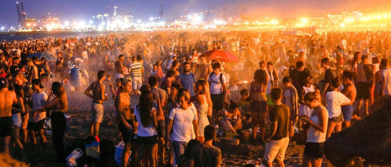 Las pasadas hogueras ya fueron multitudinarias al caer San Juan en domingo y la fiesta en sábado.