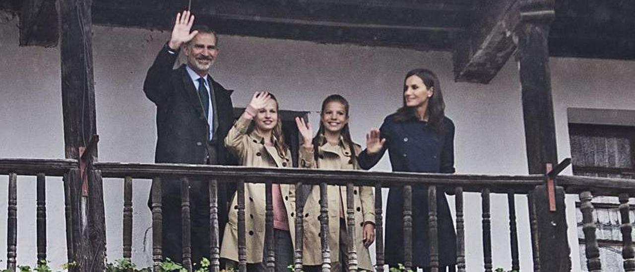 Visita de la Familia Real a Asiegu: los Reyes Felipe y Letizia, la Princesa Leonor y la Infanta Sofía saludan a los vecinos desde el balcón de la casa del Cuetu de las Abellotas, en 2019.