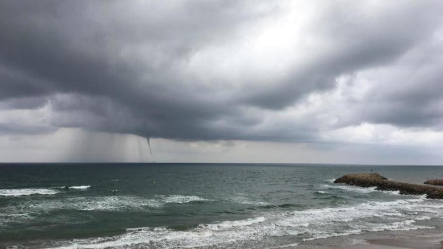Espectacular manga de agua en la playa Motilla de Sueca