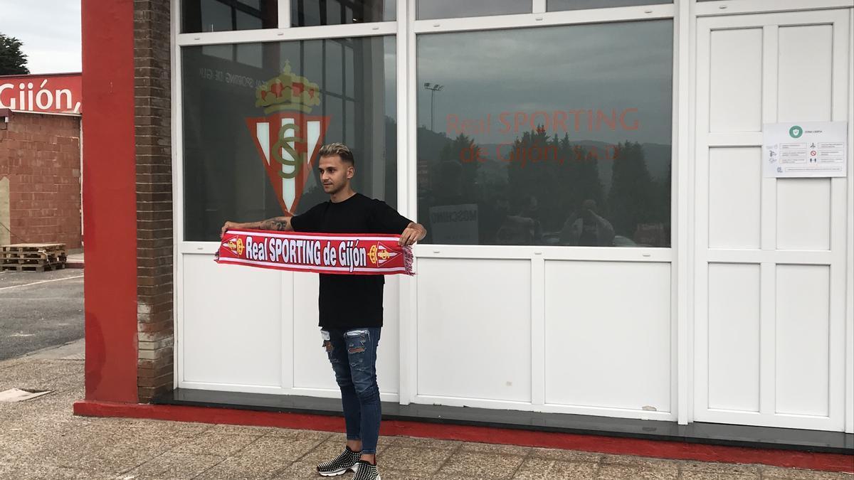 Villalba posa con una bufanda del Sporting en Mareo